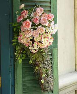 букетами роз можно украсить окна дома