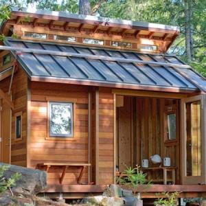 маленький дачный домик с сараем