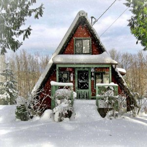 маленький садовый домик в стиле Шалаш