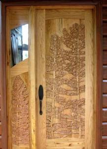 удивительно красивые двери в деревянном доме