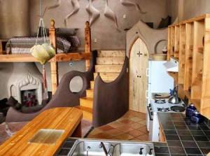 интерьер маленького дачного дома из глины