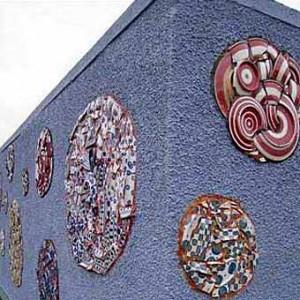 заборы для дачи с мозаикой из подручных материалов фото