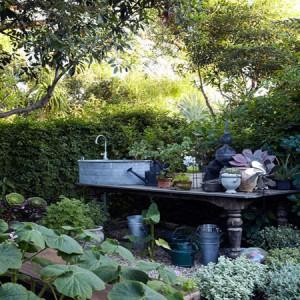 садовая мебель в саду
