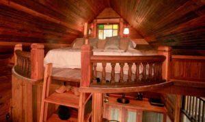 интерьер маленького деревянного дома спальня