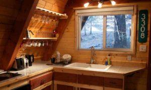 интерьер маленького деревянного дома кухня