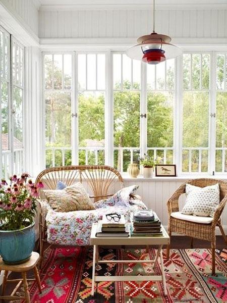 Красивая веранда с плетеной мебелью