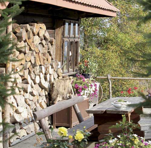 Скамейках рядом с деревенским домом