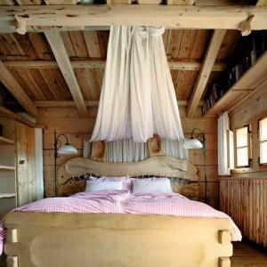 спальня в доме стиля шале