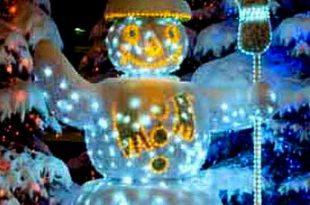 Светящееся дерево и снеговик в новогоднем дизайне дачного участка