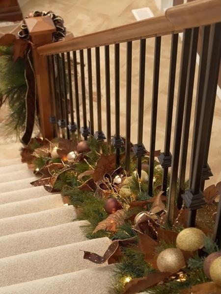 Новогодняя еловая гирлянда вдоль ступеней