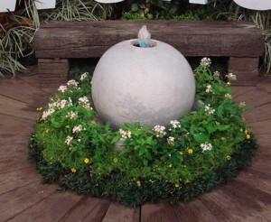 дачный участок цветник с фонтаном