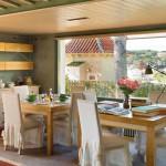 кухня с большим окном в загородном доме в Испании