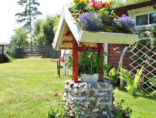 красивый цветник около дачного дома