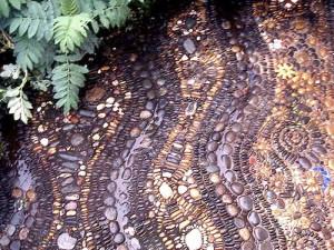 садовая дорожка с мозаикой из гальки фото