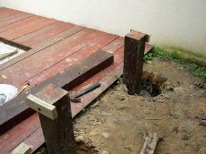 из старых балок делаем садовые скамейки около террасы