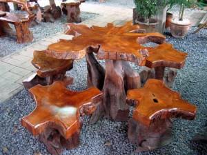 лакированная садовая мебель красивой формы