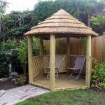 деревянная беседка с соломенной крышей