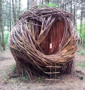 интересная беседка в виде гнезда из прутьев