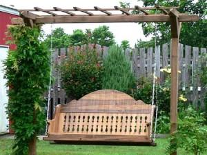 красивые садовые качели на дачном участке