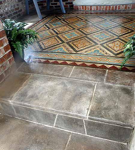 необычный бетонный пол с росписью на веранде