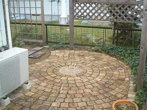 готовый вид мощеной площадки у дома