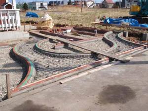 оригинальный дизайн площадки перед домом на даче