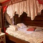 интерьер загородного дома традиционная спальня в нише