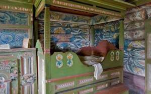 старинная кровать в загородном доме