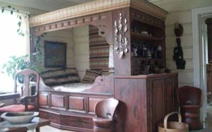 деревянная кровать в загородном доме
