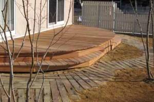 красивая садовая дорожка из деревянных планок