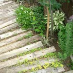 садовая дорожка из деревянных шпал