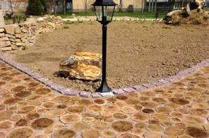 садовая дорожка из дерева с каменным бордюром