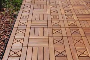 применение деревянного декинга для садовых дорожек