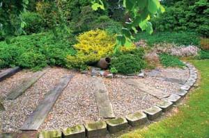 садовая дорожка с деревянными элементами в саду