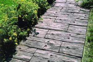 использование бу дерева для садовых дорожек