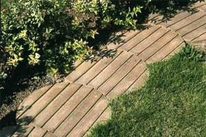 вариант садовой дорожки из деревянных щитов