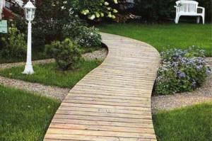 изогнутая деревянная дорожка для дачи