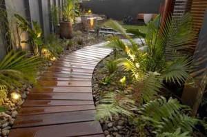 изогнутая садовая дорожка из дерева