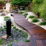 красивая деревянная дорожка в саду