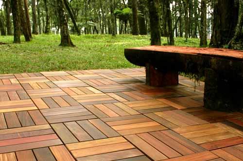 современные садовые дорожки из деревянного декинга
