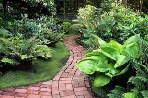 изогнутая форма садовой дорожки увеличивает ваш сад