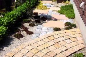 садовая дорожка красивое сочетание кирпича и плитки