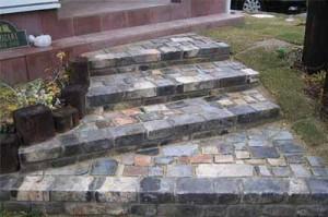 сочетание кирпича и булыжника на ступеньках в саду