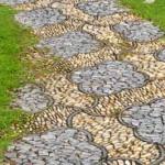 дорожка с мозаикой из камнкй на садовом участке