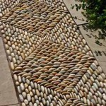 сочетание мозаики и тротуарной плитки на садовой дорожке
