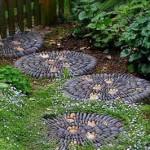 дорожка из круглых плит с мозаикой