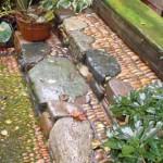 необычная садовая дорожка с элементами мозаики