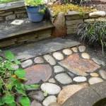 мозаика из крупного камня и бетонных плит