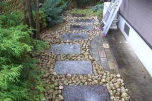 садова дорожка из плит и гальки