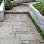 комбинирование различных размеров плитки на садовой дорожке